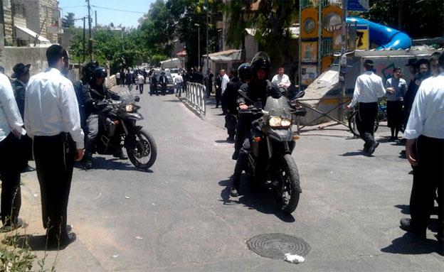 חרדים ברחוב בו בוצע המעשה, היום (צילום: חדשות 24)