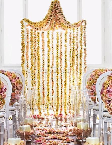 www.bridesmagazine.co.ukחופות מעוצבות, פרחים נברשת (צילום: bridesmagazine.co.uk)