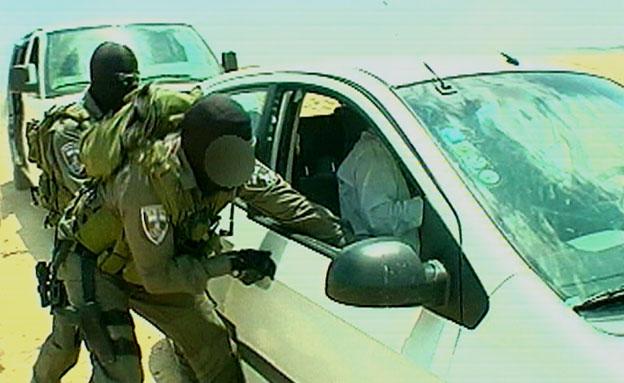 משתלטים על רכב (צילום: חדשות 2)