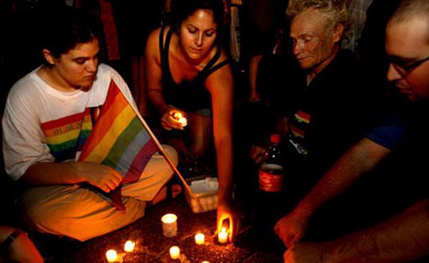 מדליקים נרות מחוץ למועדון הברנוער (צילום: רויטרס)