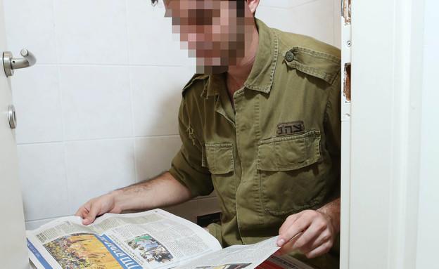 חייל בשירותים (צילום: עודד קרני)