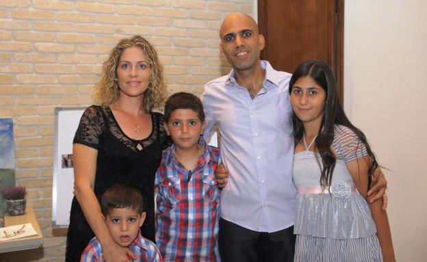 גל רוקניאן ומשפחתה (צילום: תומר ושחר צלמים)