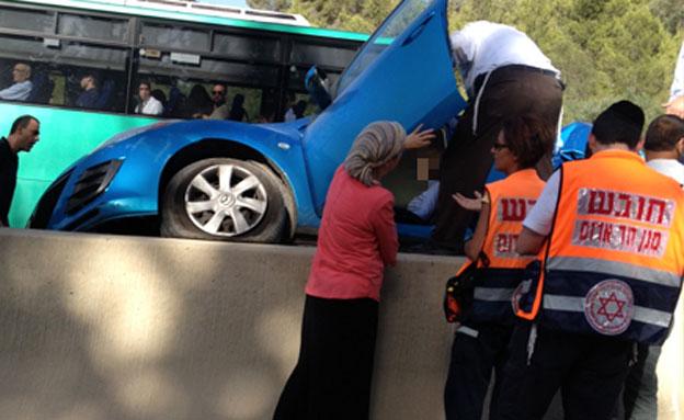 צפו: התהפכות רכב בכביש מס' 1 (צילום: חדשות 2)