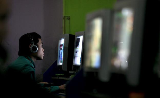 גבר מול מחשב (צילום: China Photos, GettyImages IL)