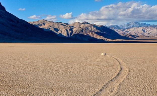 הסלעים הזזים בעמק המוות (צילום: dailymail.co.uk)