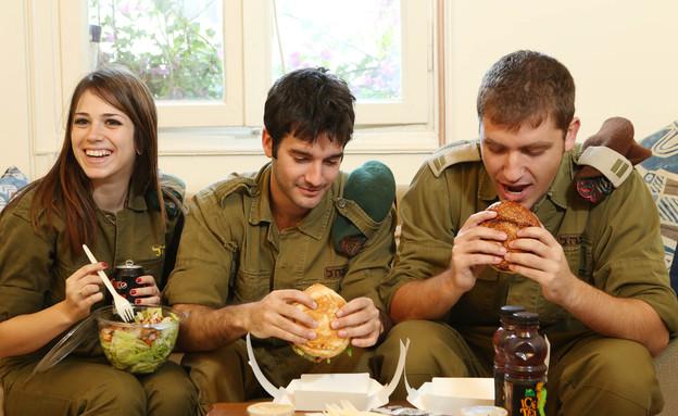 """חיילים אוכלים (צילום: עודד קרני, פז""""ם)"""