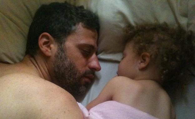גיל קדרון ישן עם בתו אריאל