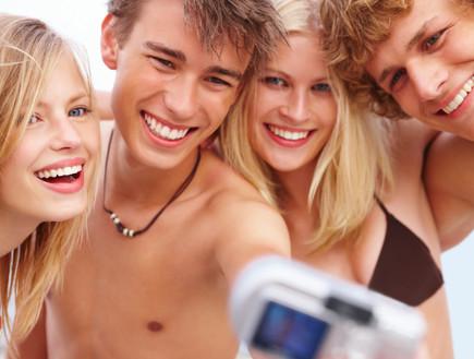 נערים מצלמים את עצמם (צילום: אימג'בנק / Thinkstock)