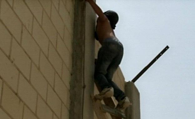 נערים עוברים את הגדר בירושלים (צילום: חדשות 2)