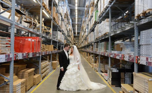 news.com.auחתונה באיקאה, אוסטרלי מחסן (צילום: news.com.au)