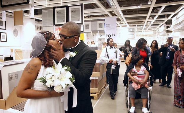 photos.nj.comחתונה באיקאה, אמריקני נשיקה (צילום: photos.nj.com)