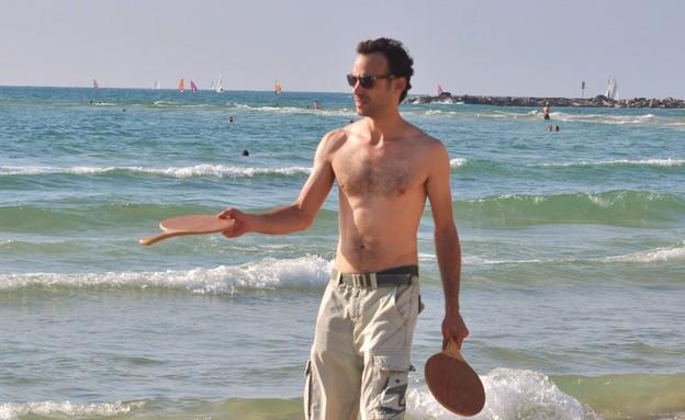 ירון ברובינסקי משחק בים מטקות (צילום: צ'ינו פפראצי)
