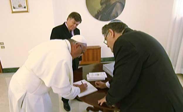 חתם בספר שהוקדש לנשיא פרס (צילום: חדשות 2)