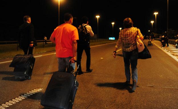 הולכים ברגל לנמל התעופה (צילום: רויטרס)