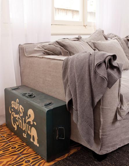 עיצוב סלון, מזוודה גובה (צילום: בועז לביא)