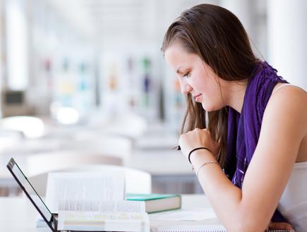 סטודנטית לומדת