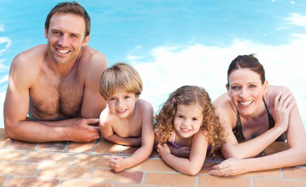 משפחה בבריכה (צילום: אימג'בנק / Thinkstock)