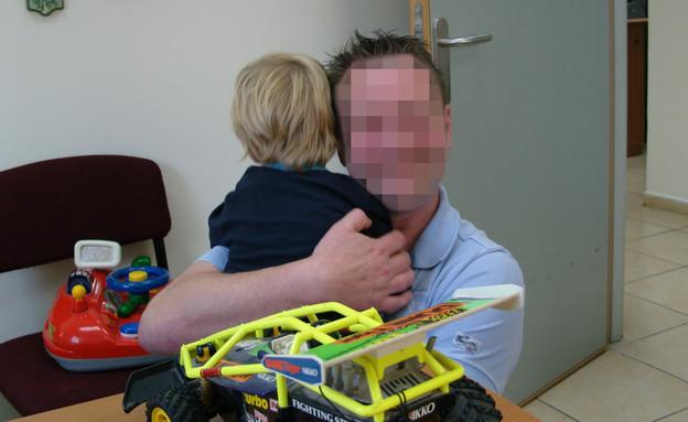 האב מחבק את אחד הבנים (צילום: תומר ושחר צלמים)