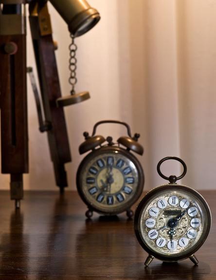 אלון חסון, חדר שינה שעונים (צילום: עודד סמדר)