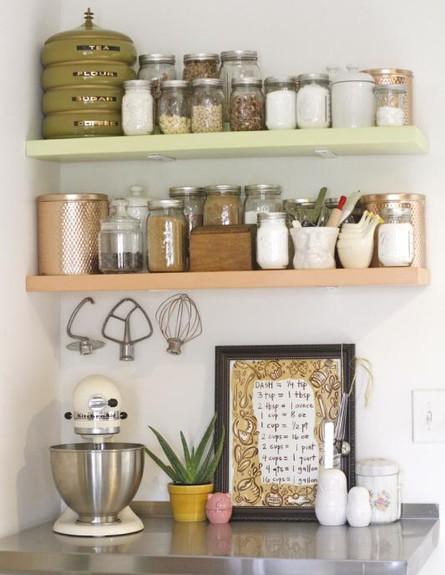 אחסון מטבח, מדפים קטנים מעל (צילום: kittycatstevens.blogspot.com)
