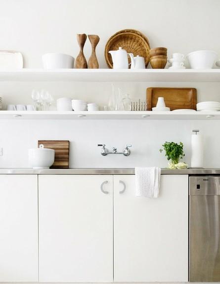 אחסון מטבח, מדפים לבנים (צילום: www.designakitchen.net)