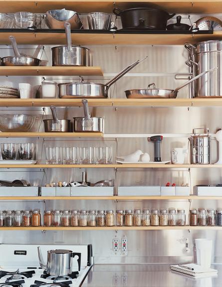 אחסון מטבח, מדפי עץ (צילום: www.dwell.com)