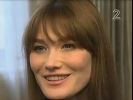 קרלה ברוני מחייכת (צילום: חדשות 2)
