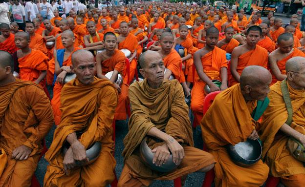 צפו: הנזירים הנהנתנים של תאילנד (צילום: AP)