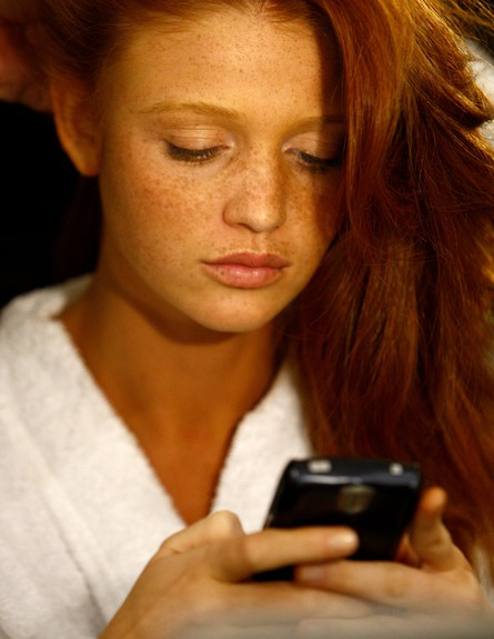 נערות משועממות עם סלולרי (צילום: Mat Szwajkos, GettyImages IL)