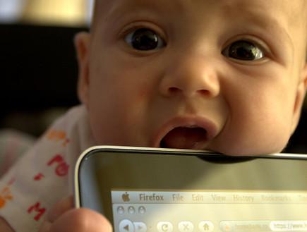תינוק עם אייפד