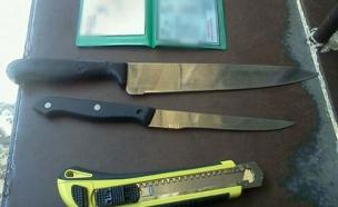 הסכינים שנתפסו על גופה של הפלסטינית (צילום: דוברות משטרת ישראל)