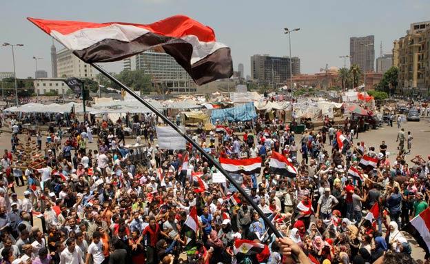 שידור חי: מפגינים במצרים (צילום: AP)