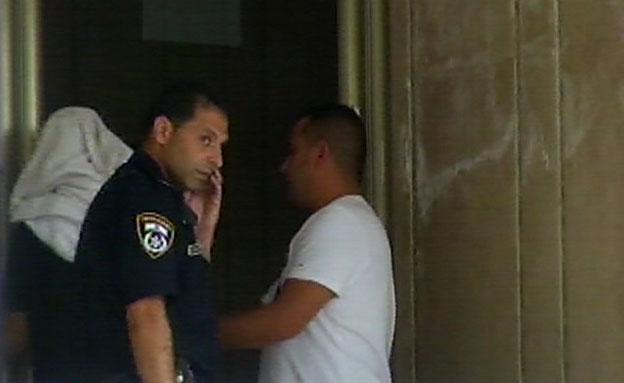 אבי התינוקת נלקח לחקירה (צילום: חדשות 2)