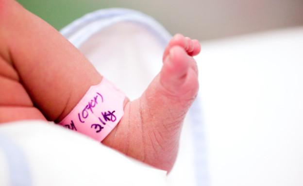 רגל של תינוק עם צמיד בית חולים (צילום: אימג'בנק / Thinkstock)