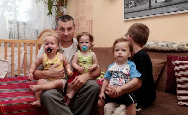 האבא עם שלושת הילדים (צילום: עודד קרני)