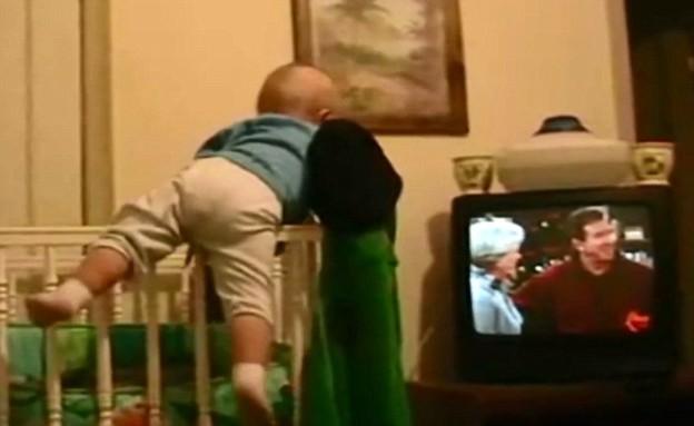 תינוק בורח ממיטת תינוק (תמונת AVI: You Tube)