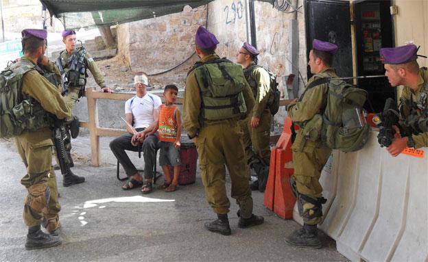 חיילים מביאים למעצר ילד (צילום: חדשות 2)