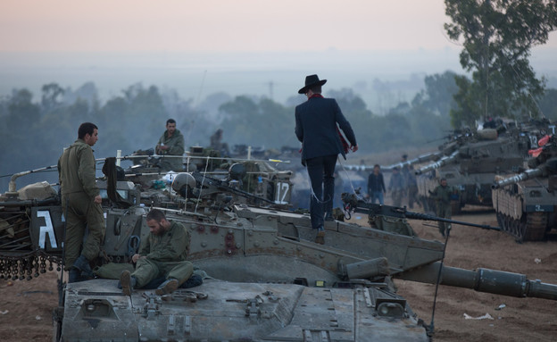 חרדי באמצע אזור צבאי (צילום: Uriel Sinai, GettyImages IL)