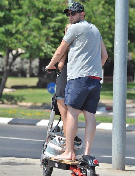 רוני דואני ובעלה מתניידים בתל אביב (צילום: צ'ינו פפראצי)