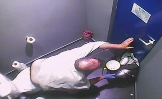 מוטי אוכל בשר בשירותים (תמונת AVI: mako)