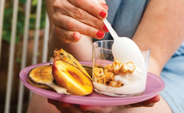 פופקורן קרמל ופירות ברולה (צילום: אילון פז, על השולחן)
