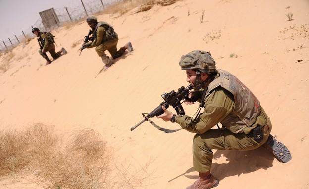"""חיילי צנחנים בגבול מצרים (צילום: בן אברהם, עיתון """"במחנה"""")"""