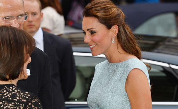 קייט מציגה הריון מלכותי (צילום: רויטרס)