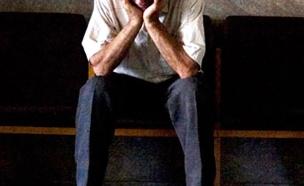 איש זקן / קשיש יושב כפוף על ספסל עצוב דיכאון (צילום: רויטרס)