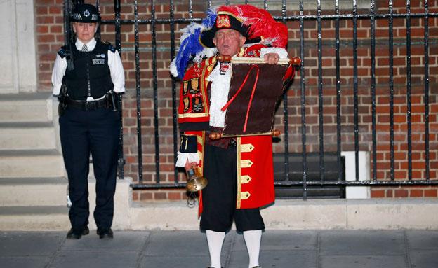 כרוז מלונדון (צילום: חדשות 2)