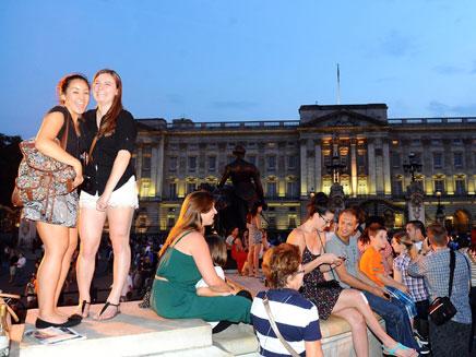 התרגשות מחוץ לארמון (צילום: AP)