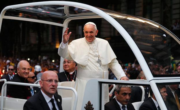 סיכום עולמי: האפיפיור כוכב רוק (צילום: רויטרס)