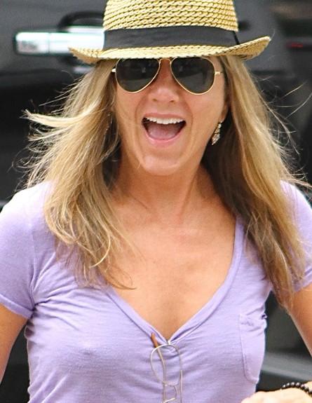 ג'ניפר אניסטון בלי חזייה (צילום: Splashnews, splash news)