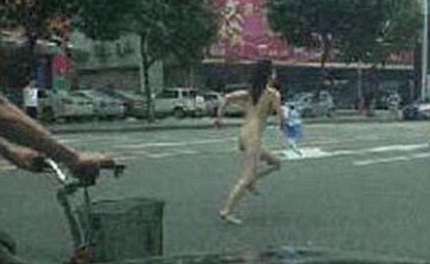 סינית כועסת התפשטה ברחוב (צילום: dailymail.co.uk)