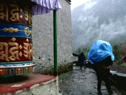 הילד נותר לבדו בנפאל. ארכיון